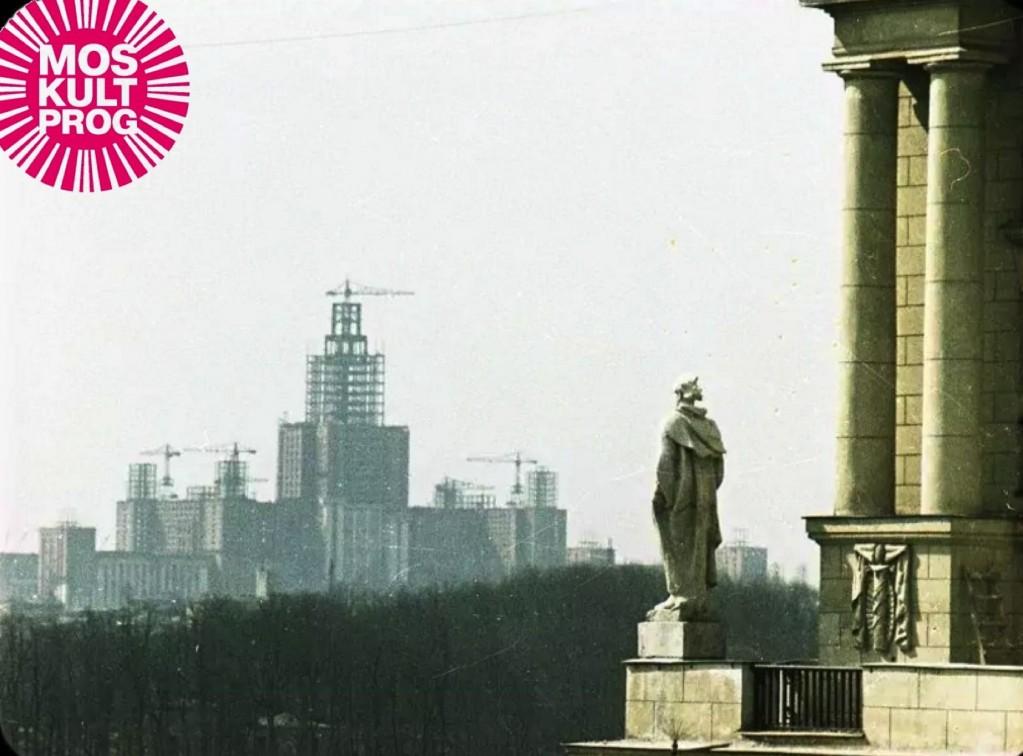 Вид на строительство МГУ с Площади Гагарина (Москультпрог)